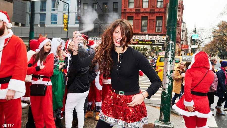 """مئات من """"بابا نويل"""" زاروا المطاعم والمقاهي في المدينة."""