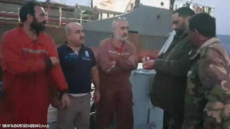 الجيش الليبي تحقق من حمولة السفينة