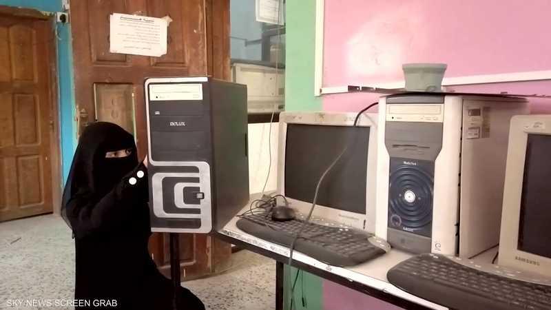 يمنية تمتهن صيانة الإلكترونيات في تعز