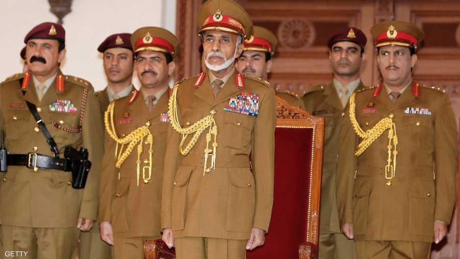 تقلد السلطان بحكم دستور البلاد أغلب المناصب في عُمان