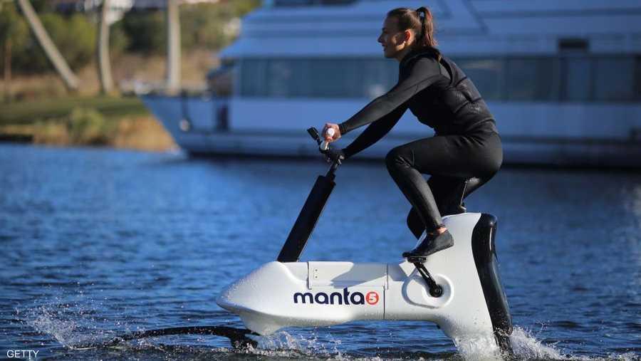 """الدراجة الكهرومائية """"مانتا 5"""" أول دراجة كهربائية في العالم تسير على الماء"""
