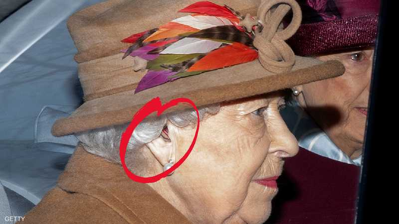 الملكة إليزابيث ويظهر الجهاز بوضوح في أذنها