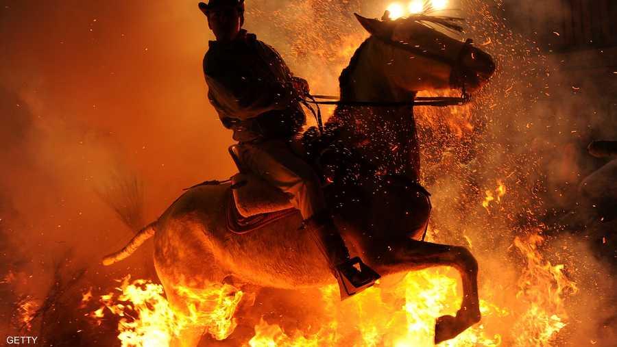 يتم إعداد المنازل وتدريب الخيول المستخدمة على النار حتى لا يشعروا بالخوف في الليل