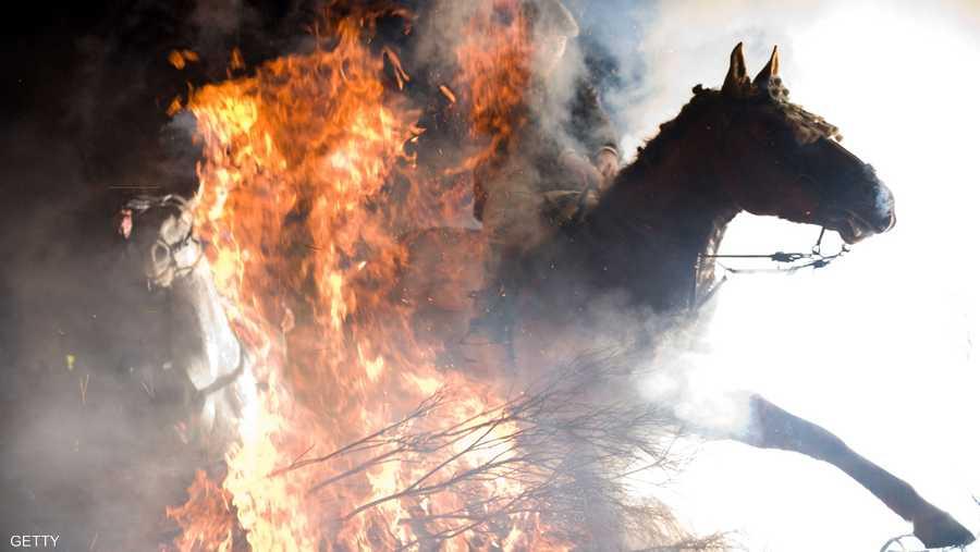 تضيء النيران في الشوارع الضيقة للقرية قبل الاحتفاء بالتقليد