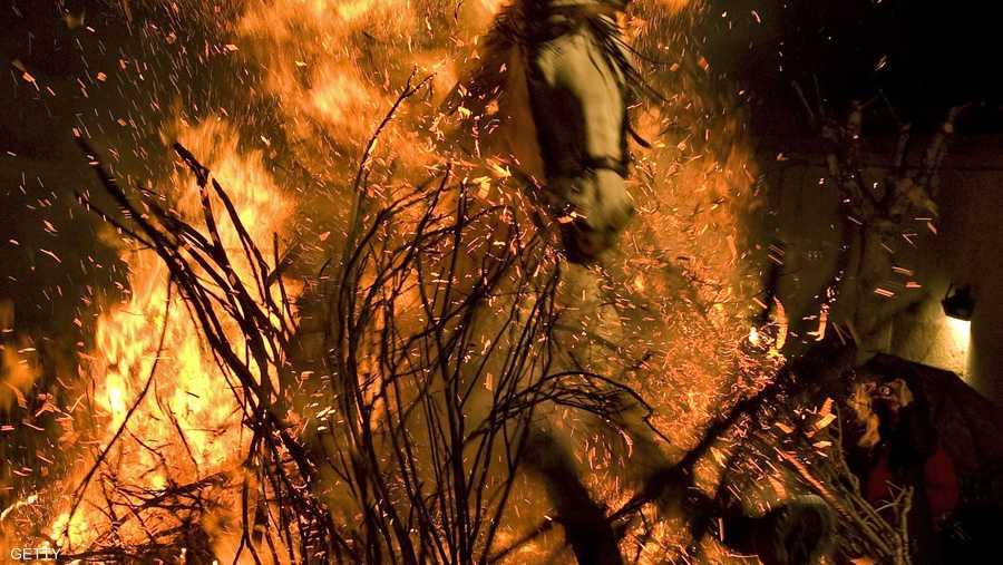 يقوم أكثر من مائة خيل من جميع أنحاء منطقة قشتالة بالقفز على النيران لأكثر من ساعتين