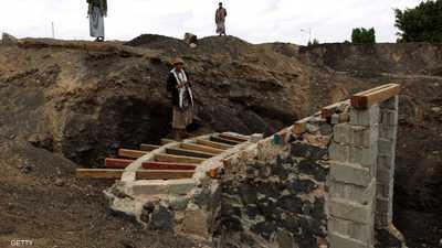 """اليمن.. """"خنادق الحوثيين"""" تصل المديريات ببعضها"""