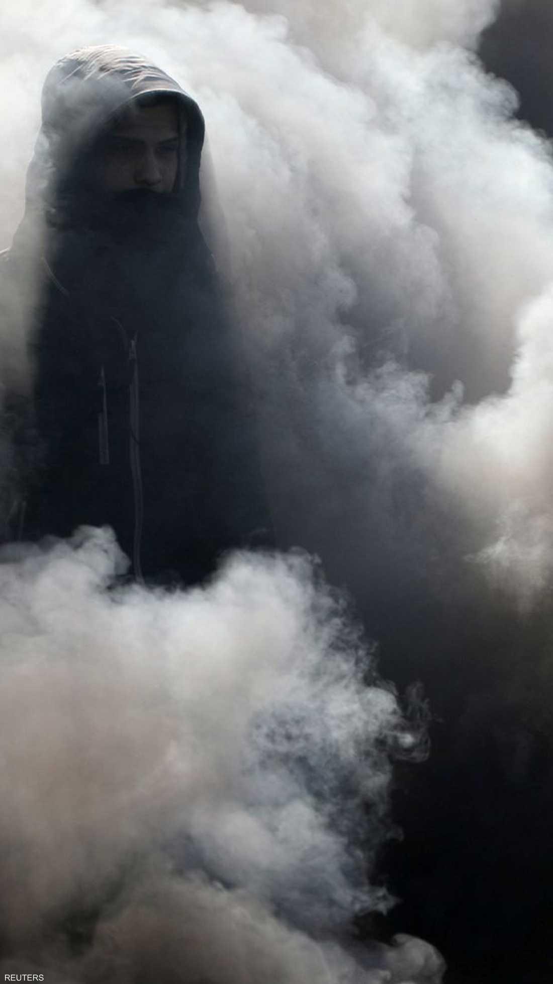 من وسط النيران والدخان في أحد الطرق العراقية.
