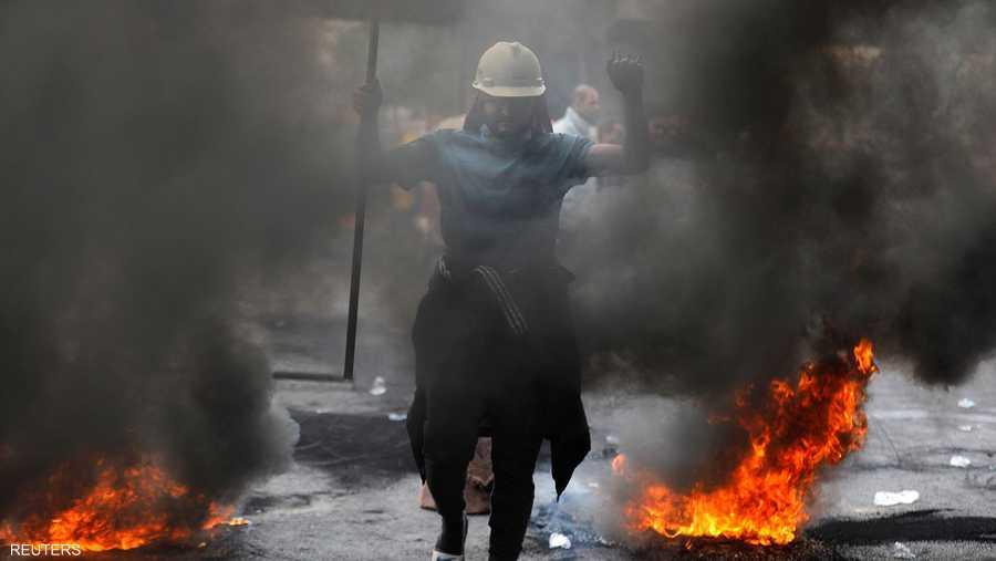 أغلق المتظاهرون طرقا رئيسية وتجارية مهمة في محافظة كربلاء.