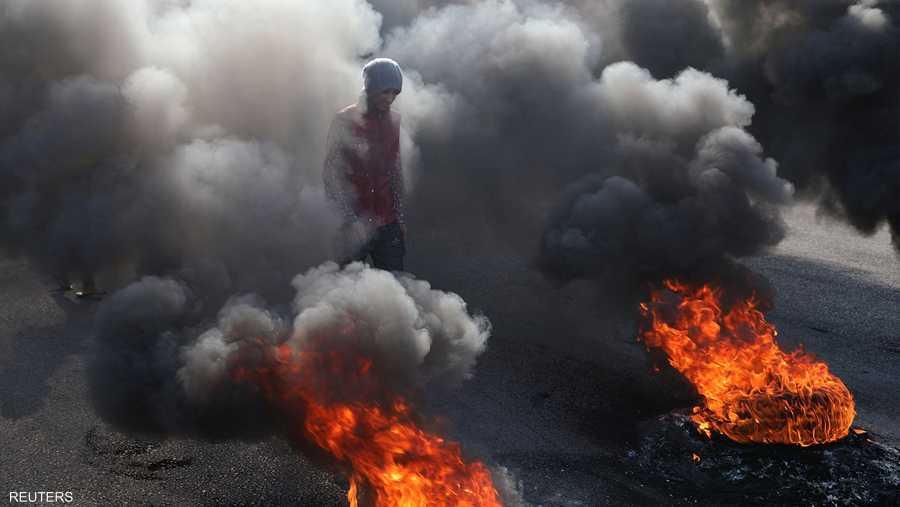 الإطارات المشتعلة وسيلة المحتجين لإغلاق الطرق الرئيسية.