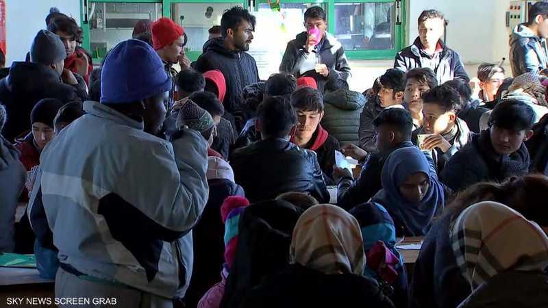 "لاجئون ومتطوعون دوليون يعملون في ""OHF"""