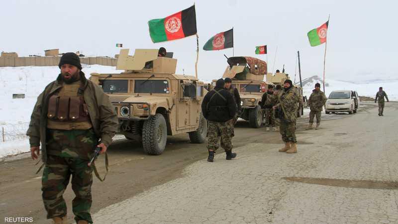 جنود في الجيش الأفغاني يغلقون منطقة سقوط الطائرة في غزنة