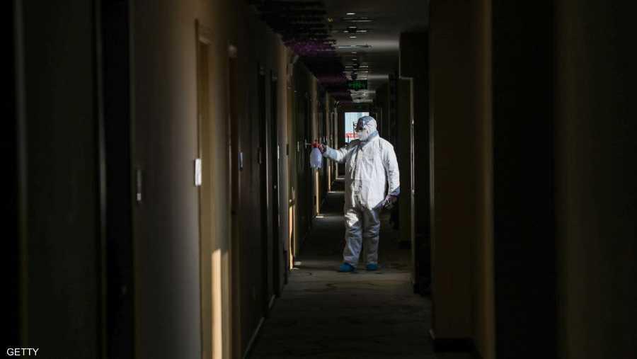 عامل نظافة يعقم منطقة حجر صحي في المدينة الموبؤة