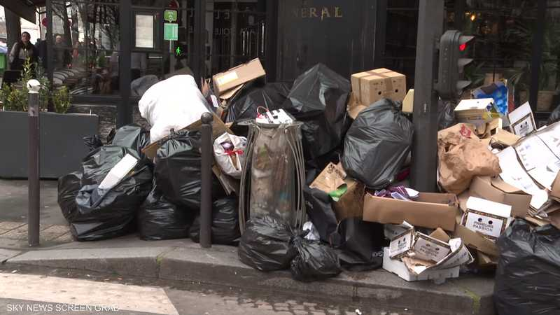 النفايات تتكدس في شوارع باريس بسبب إضراب عام