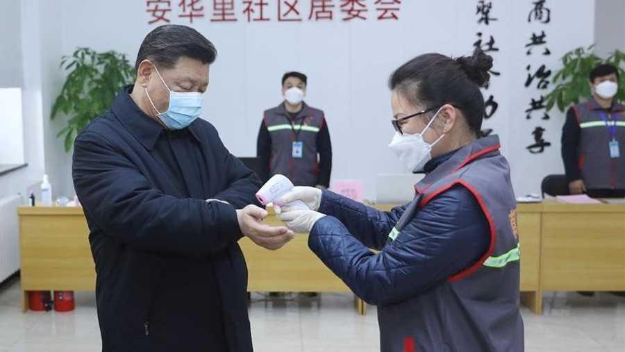 مرتديا قناعا طبيا، زار شي، مجمعا سكنيا ومستشفى ومركزا محليا للسيطرة على المرض والوقاية منه في بكين