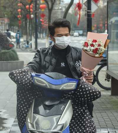 حل عيد الحب هذه السنة في الصين، بالتزامن مع ما تشهده البلاد من مأساة فيروس كورونا، الذي أودى بحياة المئات ويعرض حياة الآلاف للخطر.