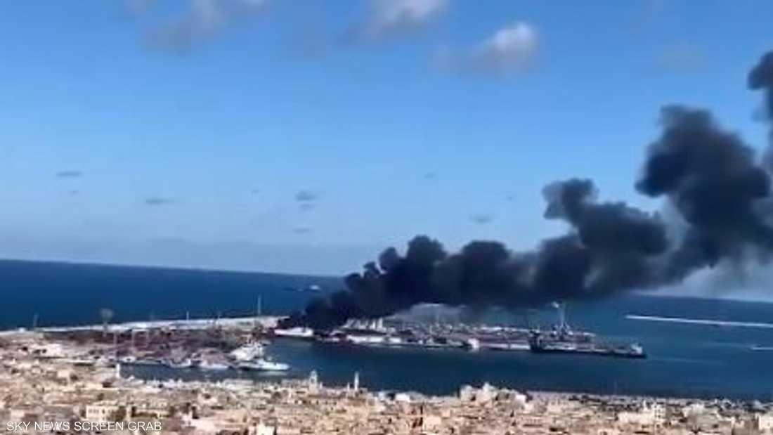 أعمدة الدخان تتصاعد من السفينة التركية بميناء طرابلس