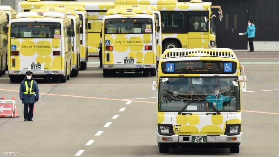 عشرات الحافلات بانتظار نقل الخارجين من السفينة