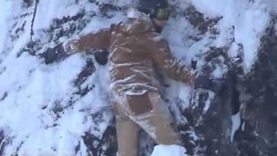 """ساعتان بين الحياة والموت.. """"فيديو الرعب"""" لمتزلج في مأزق خطير"""