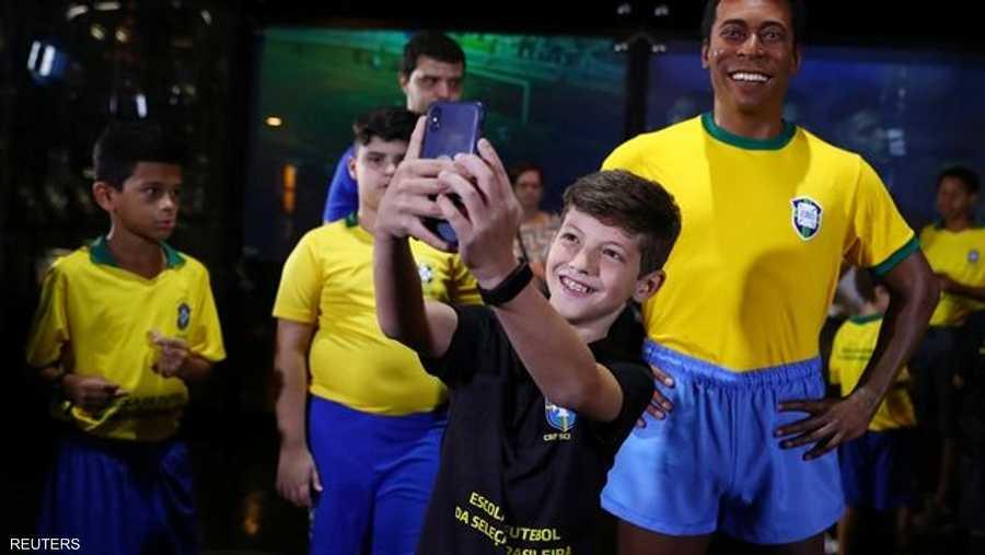 بدا تمثال بيليه بالحجم الطبيعي، وقد ظهر مرتديا قميص البرازيل في كأس العالم 1970