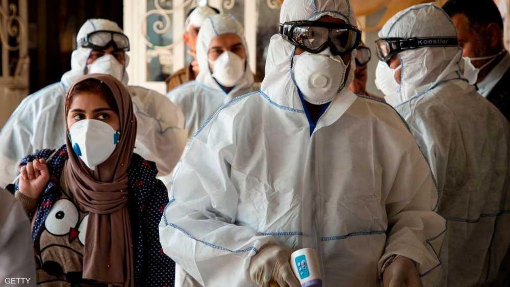 فريق طبي إيراني يفحص المسافرين في معبر حدودي قرب البصرة
