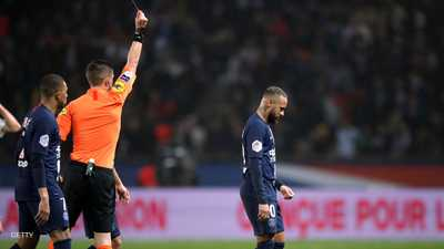الحكم يشهر البطاقة الحمراء للاعب نيمار