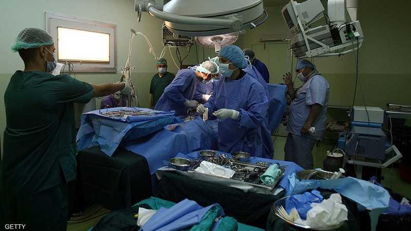 أرشيفية لأطباء في غرفة عمليات