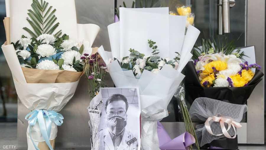 زهور لتخليد ذكرى الطبيب الراحل لي ون ليانغ الذي اكتشف كورونا