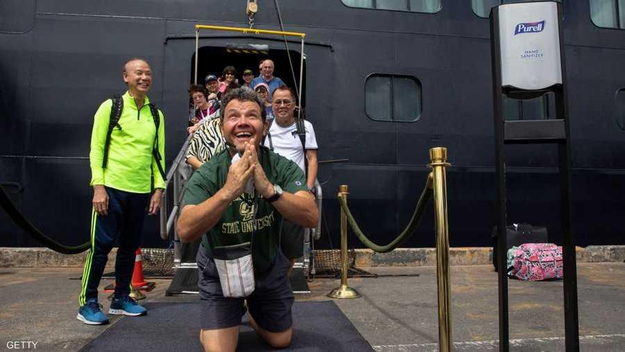 راكب أميركي سعيد بالخروج من سفينة كانت تحت الحجر الصحي