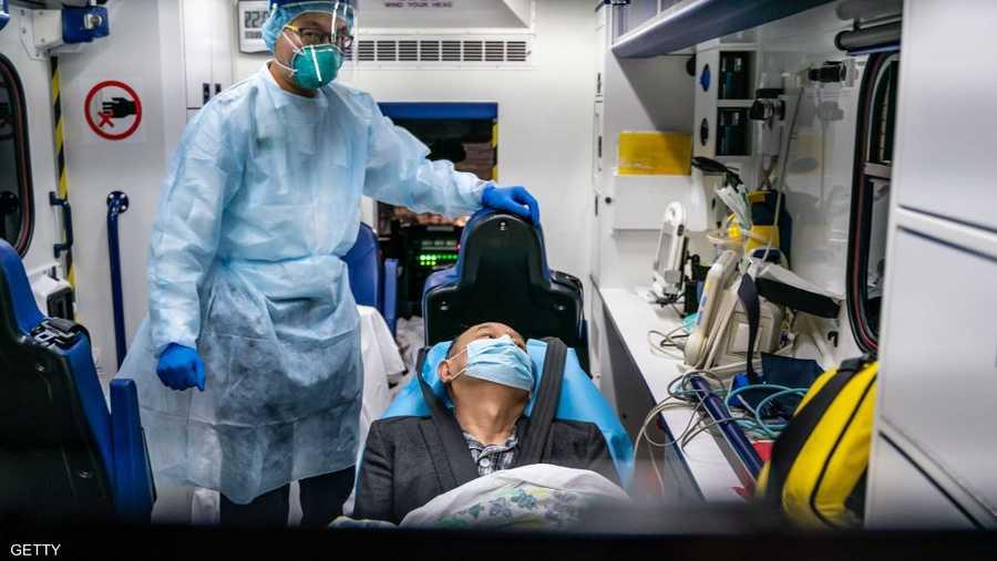نقل أحد المرضى لمركز علاج الفيروس في هونغ كونغ