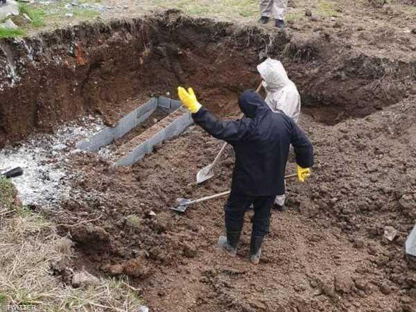 نشر إيرانيون ما يبدو أنها عملية حفر مقبرة جماعية شمالي إيران