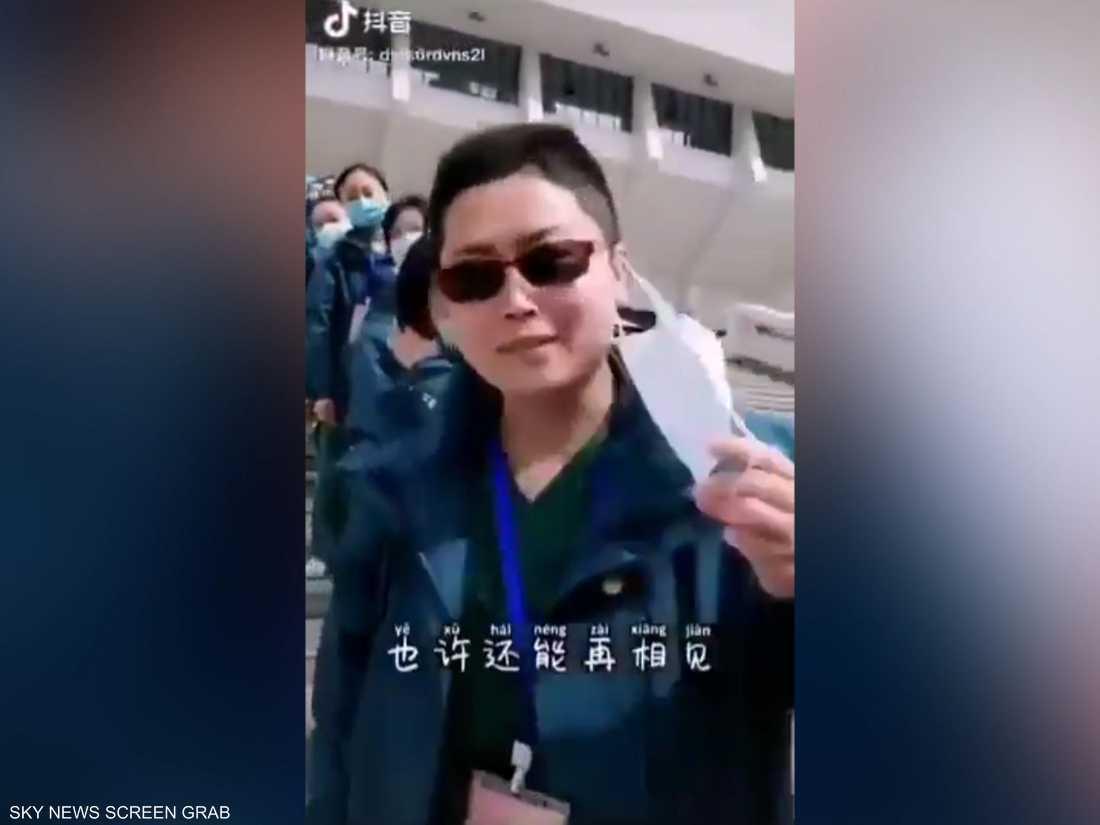الصين.. طاقم طبي يخلع كماماته بعد الانتصار على كورونا
