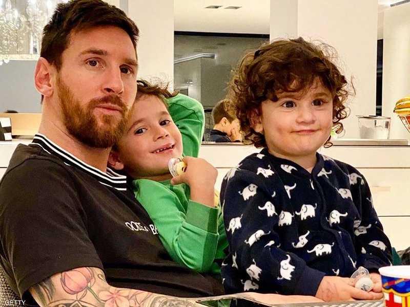 صورة ميسي من داخل المنزل مع أطفاله