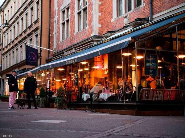 المواطنون في السويد.. يأكلون في المطاعم حتى في زمن كورونا