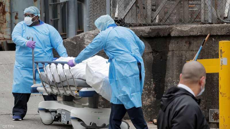 نقل جثمان أحد ضحايا كورونا في نيويورك