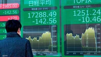 رجل يلقي نظرة على أداء بورصة طوكيو - أرشيفية