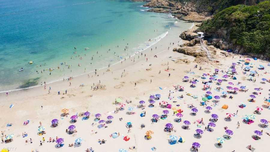 لا أثر لإجراءات كورونا في شواطئ هونغ كونغ.