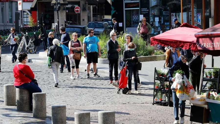 التزام نسبي في فرنسا بالتباعد الاجتماعي خلال التسوق.