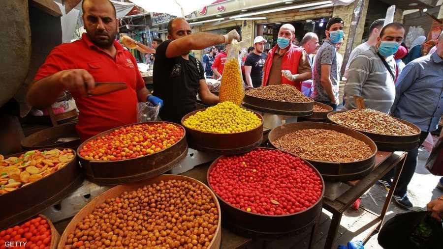 الإقبال متواضع وبالكمامات على شراء المكسرات في العاصمة الأردنية عمان.