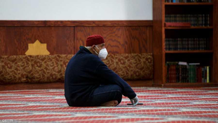 مصل وحيد يرتدي القناع الطبي في أحد مساجد مدينة ديترويت الأميركية.