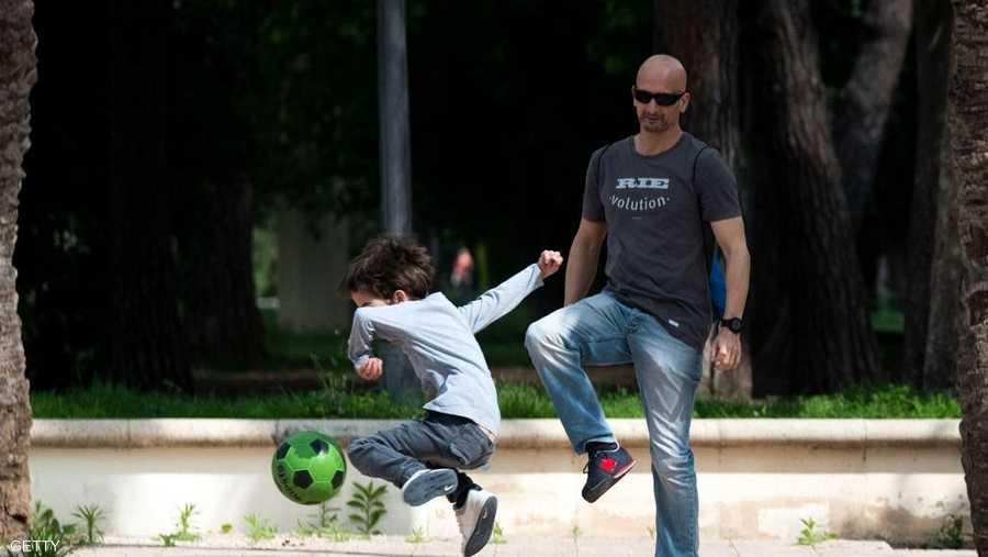 الصغار يمكنهم أخذ لعبة واحدة معهم لكن غير مسموح لهم باللعب مع أطفال آخرين.