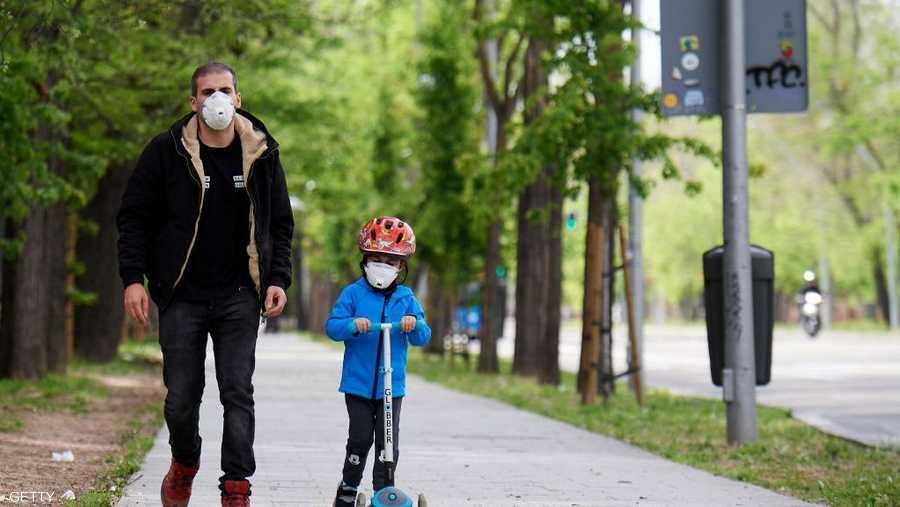 يمكن للأطفال التنزه مع الآباء لمدة ساعة وفي حدود كيلو متر واحد من المنزل.