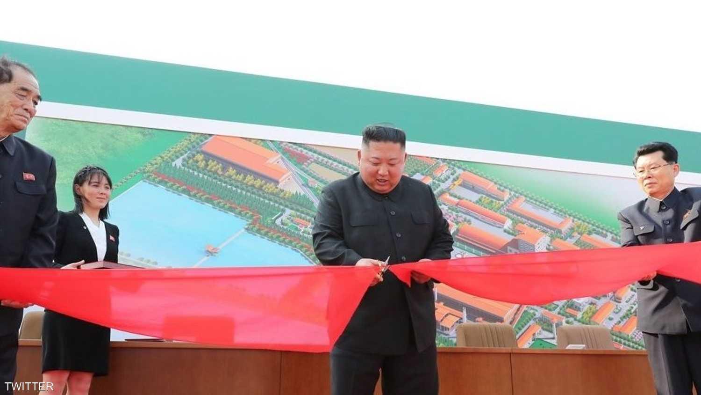 كيم جونغ أون أثناء افتتاح المصنع