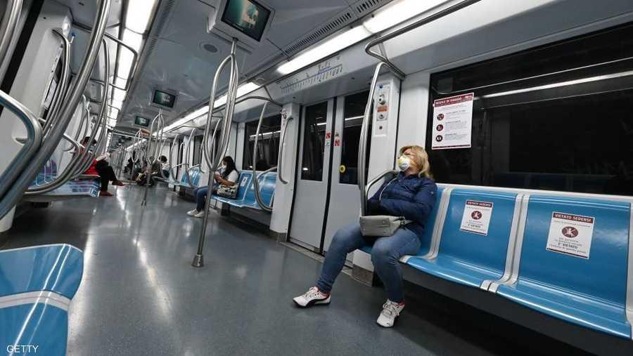 التباعد الاجتماعي داخل قطارات روما.