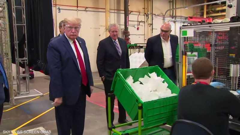 ترامب يتفقد مصنعا للكمامات دون ارتداء كمامة