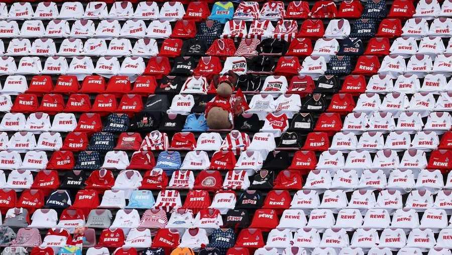 نادي كولون استبدل المشجعين بقمصانهم فقط.