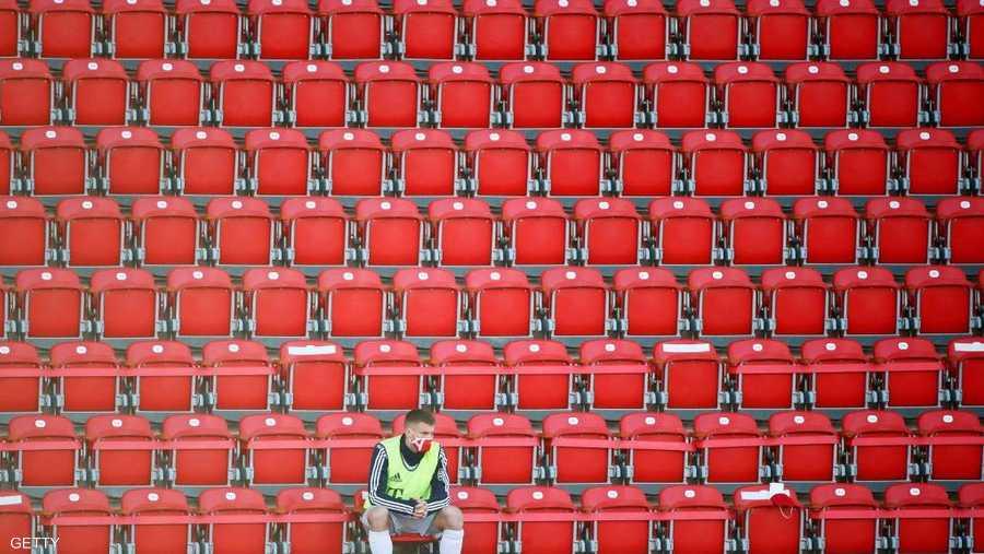 وحيدا على المدرجات بانتظار دخوله للمباراة.