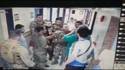 بالفيديو.. جنود لبنانيون يعتدون على طبيب أثناء عمله