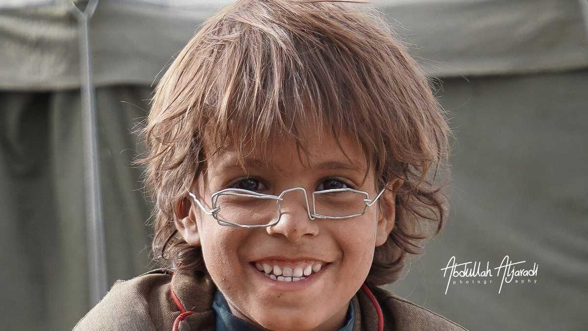 النظارات السلكية على وجه الطفل محمد