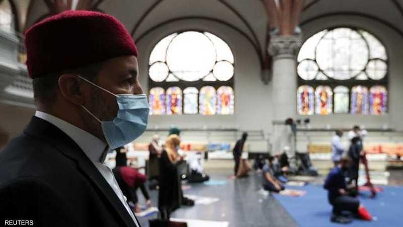 المسلمون يصلون مع مراعاة التباعد الاجتماعي