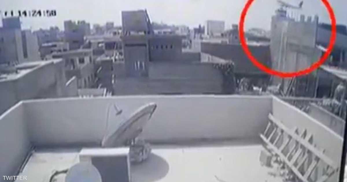 بالفيديو.. لحظة السقوط المروع لطائرة باكستانية فوق البنايات